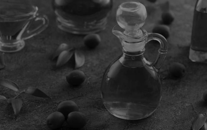 Olio italiano: immagine in bianco e nero di alcune bottiglie