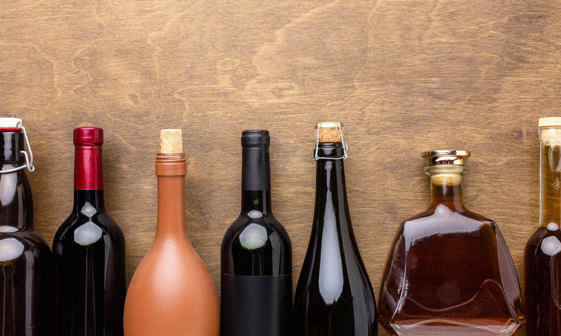 Immagine settore delle bevande: alcune bottiglie di vino e liquori