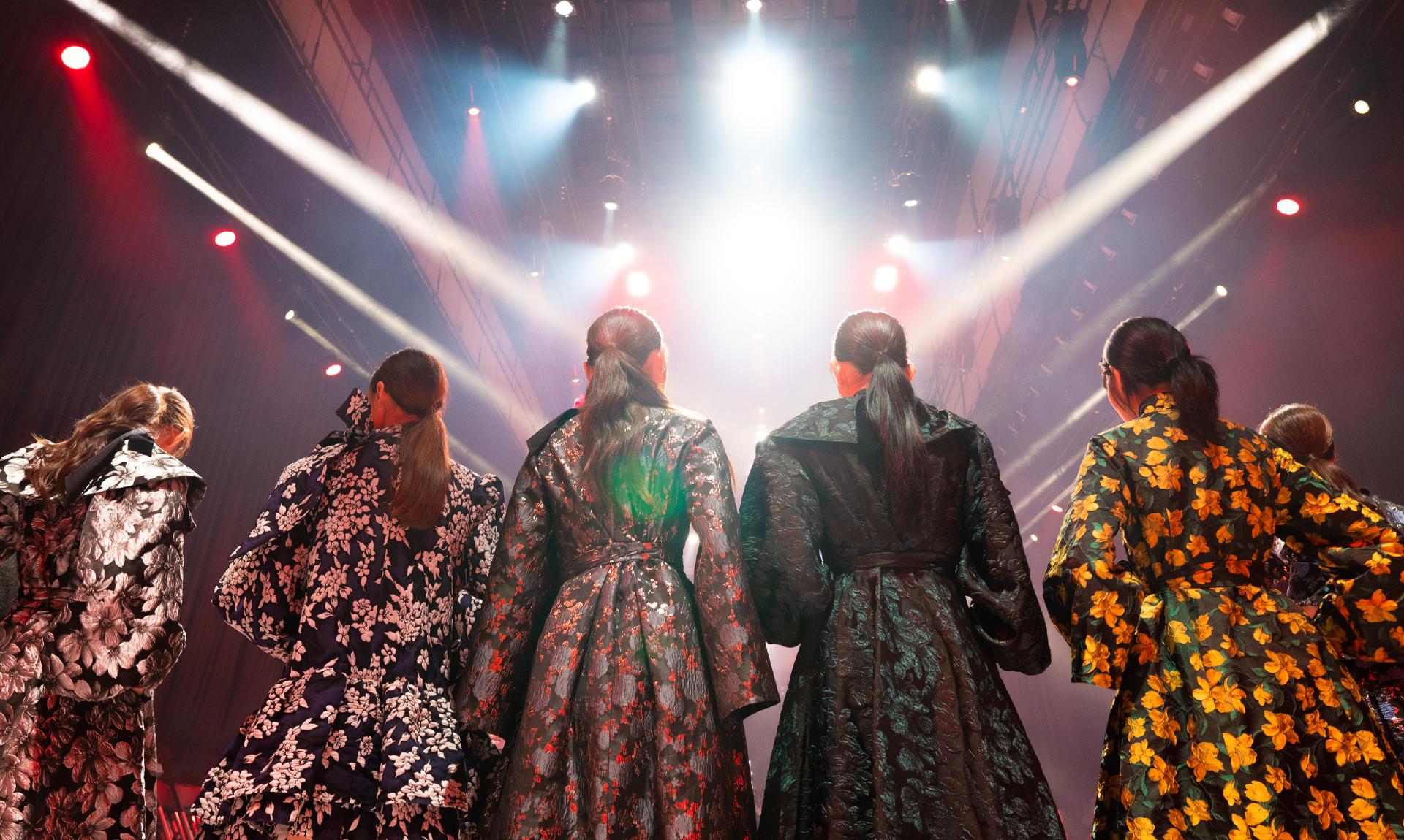 Settore della moda: immagine di una sfilata a colori/Italian fashion: image of a fashion show