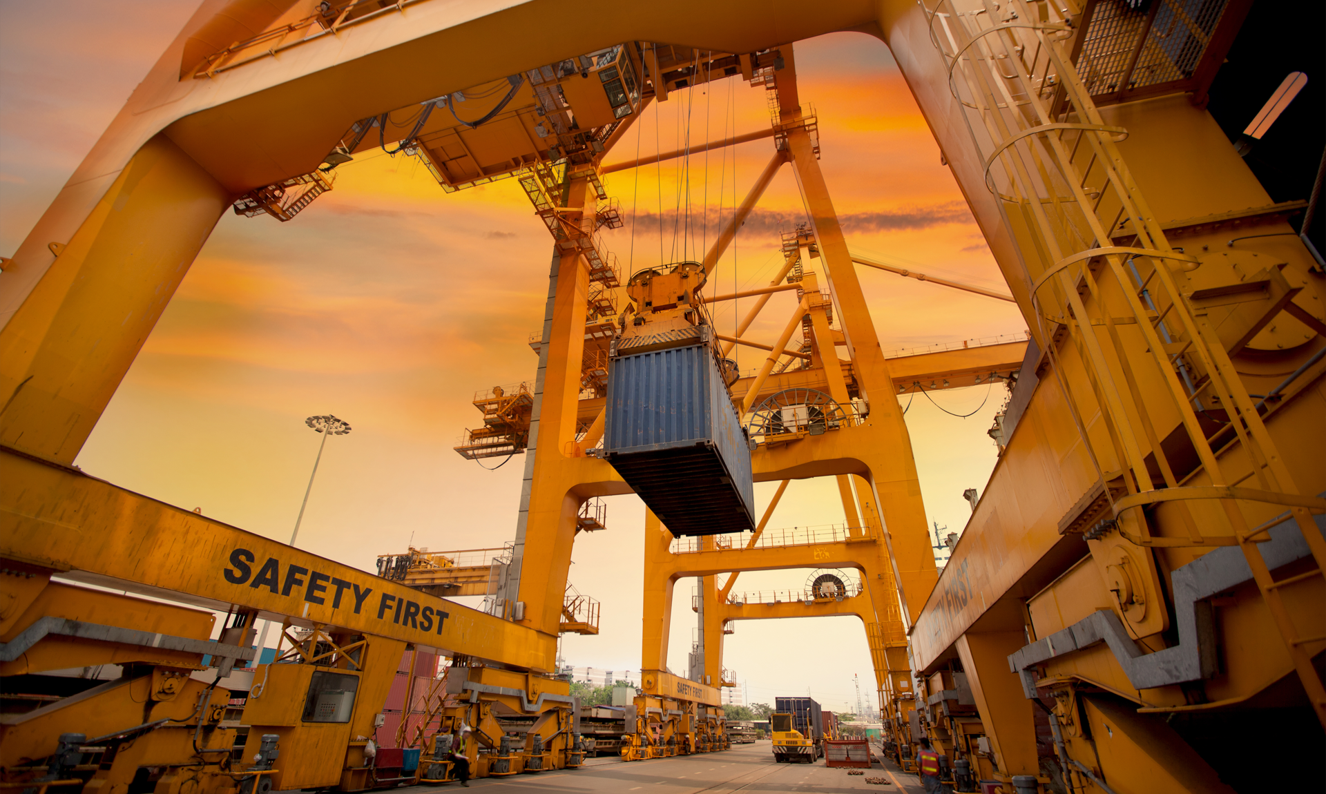 Supply chian management in 2021: image of containers in an harbour