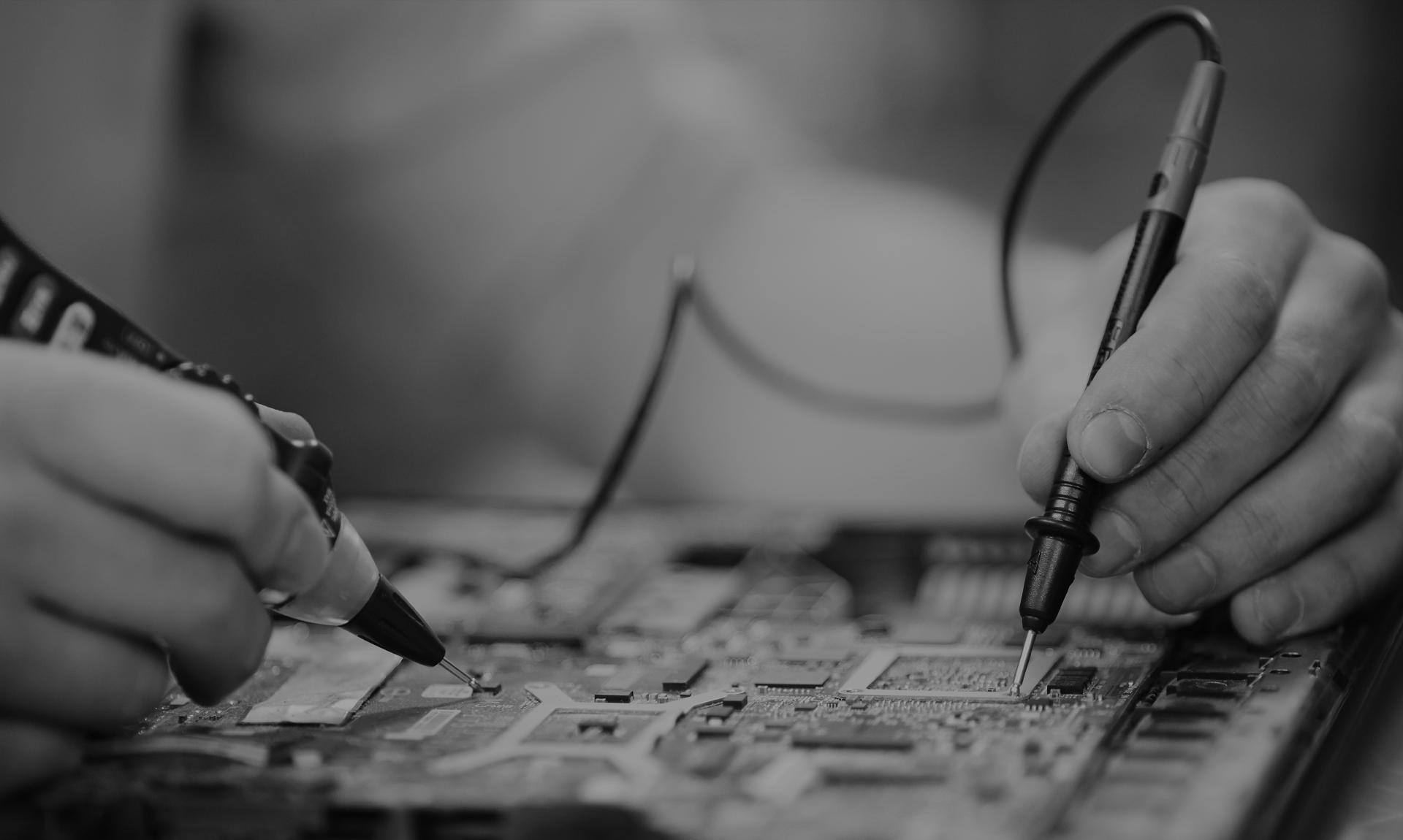 Industria elettrotecnica: operaio al lavoro in bianco e nero/Eletrcial engineering: man at work B/W