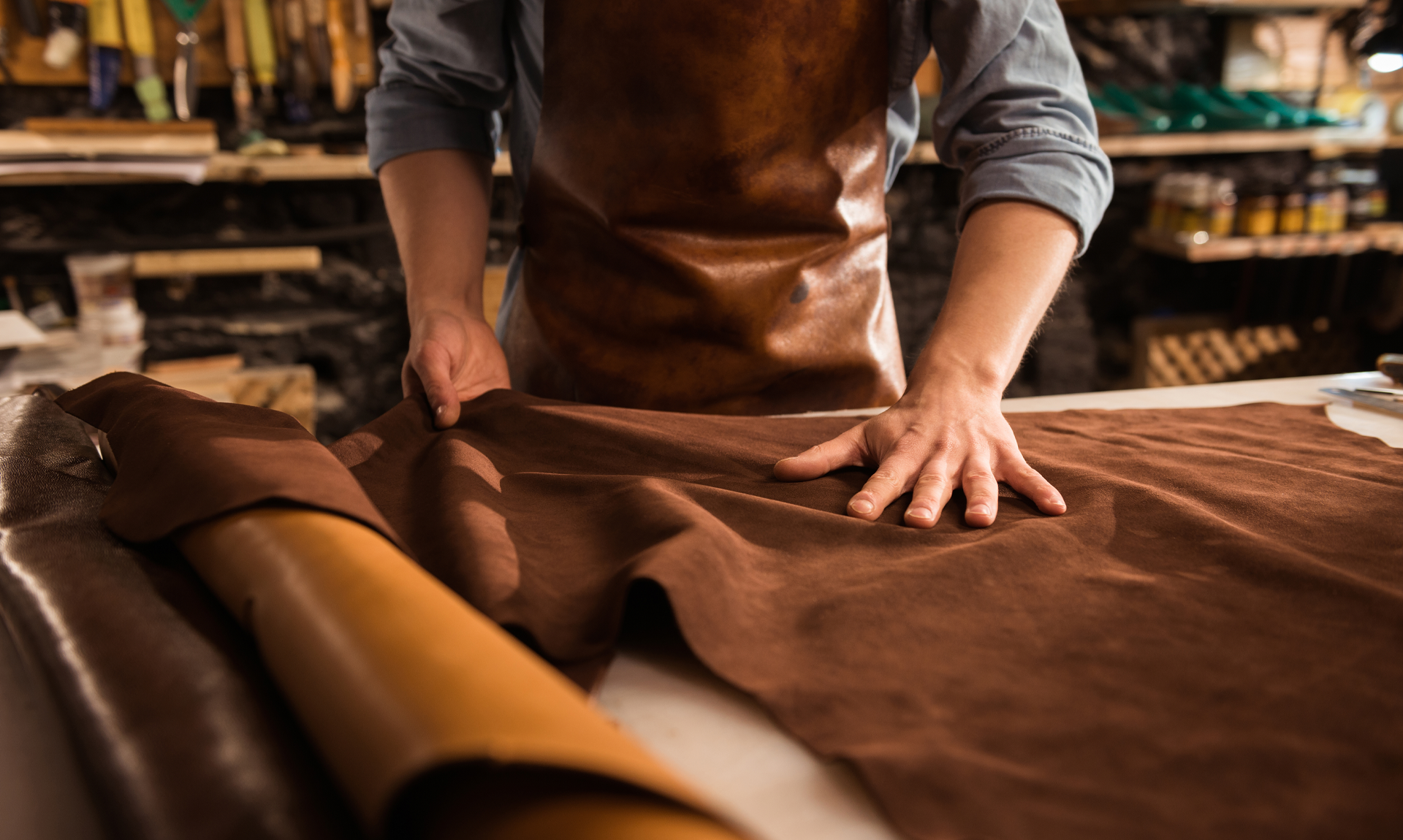 Pelletteria italiana: immagine di un artigiano al lavoro/ Image of an artisan working for Italian leather goods industry
